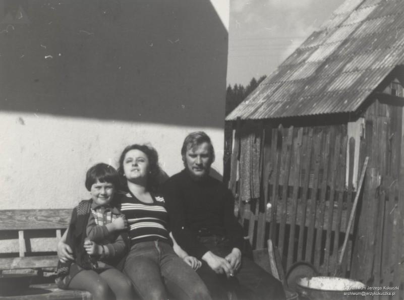 Istebna, 1975/1976 r. Zdjêcie na ³awce przed domem w Istebnej, Lucyna Zawada (pierwsza od lewej), Cecylia Kukuczka, Jerzy Kukuczka
